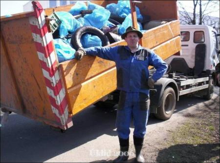 Myšák u plného kontejneru
