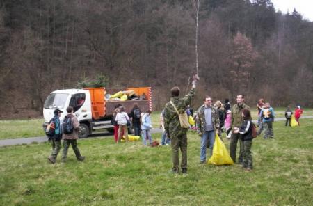 Pohled do Bezručáku s Avií a sběrači odpadků