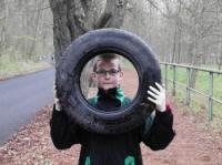 Patrik v Bezručáku s nalezenou pneumatikou.