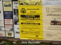 Plakáty zvoucí na brigádu visely na všech plakátovacích plochách v Chomutově